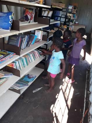 Container children at shelf